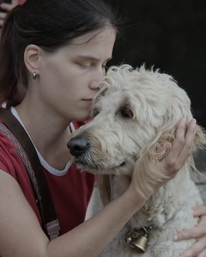 Cilka s bílým psem