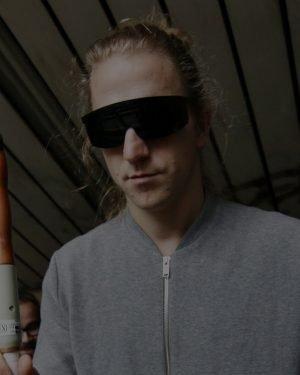 Tomáš Klus v černých brýlích