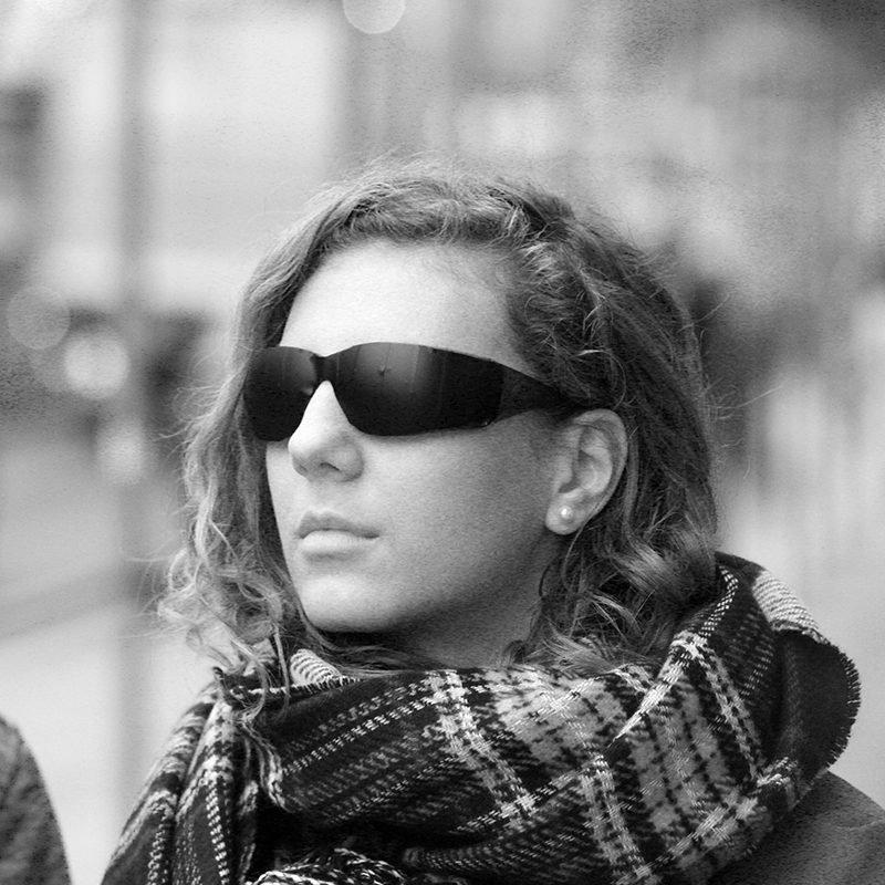 Zpěvačka Lenny s černými brýlemi