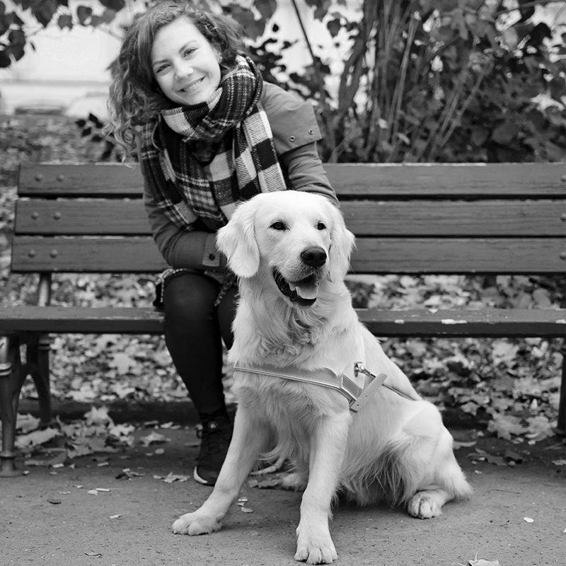 Lenny na lavičce s vodícím psem