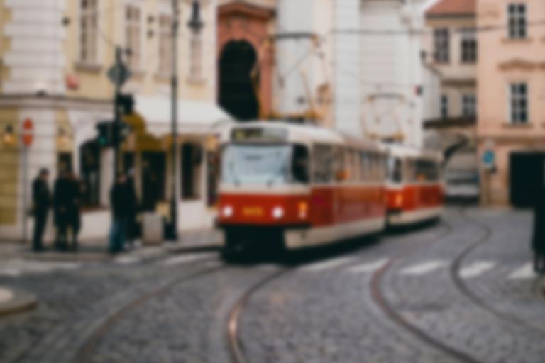 Tramvaj jedoucí po ulici, celá fotografie je rozmazaná