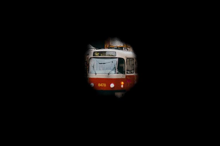 Z celé fotografie je vidět pouze kousek tramvaje, která prosvítá skrze úzký okruh uprostřed